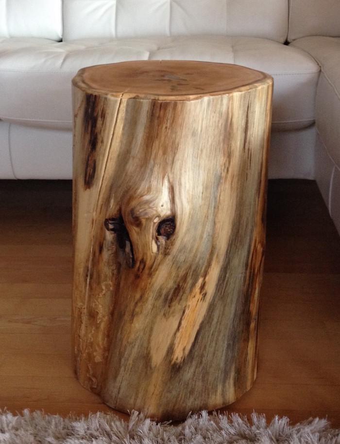 simple table basse en rondin de bois taillé et poncé avec couleur naturelle