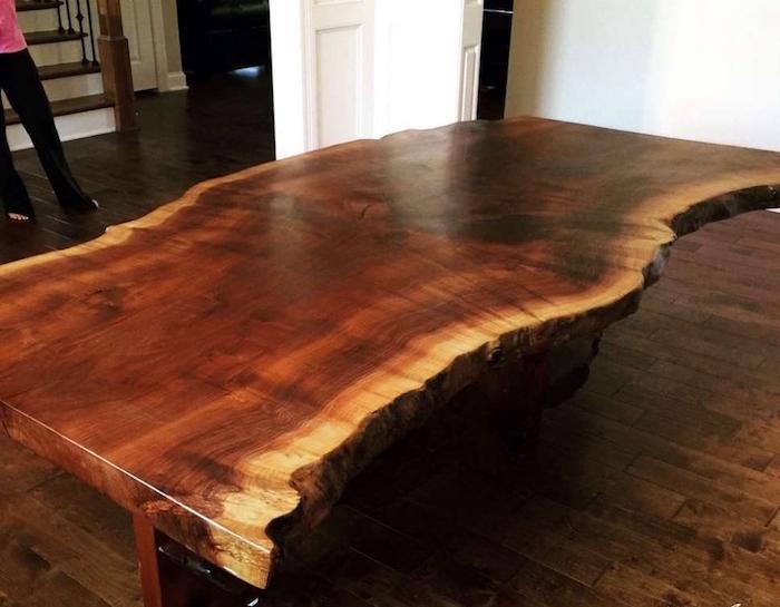 exemple table basse bois massif taillée dans grand tronc d'arbre brut