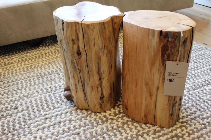 petite table en bois brut taillée dans tronc d'arbre naturel pour déco rustique