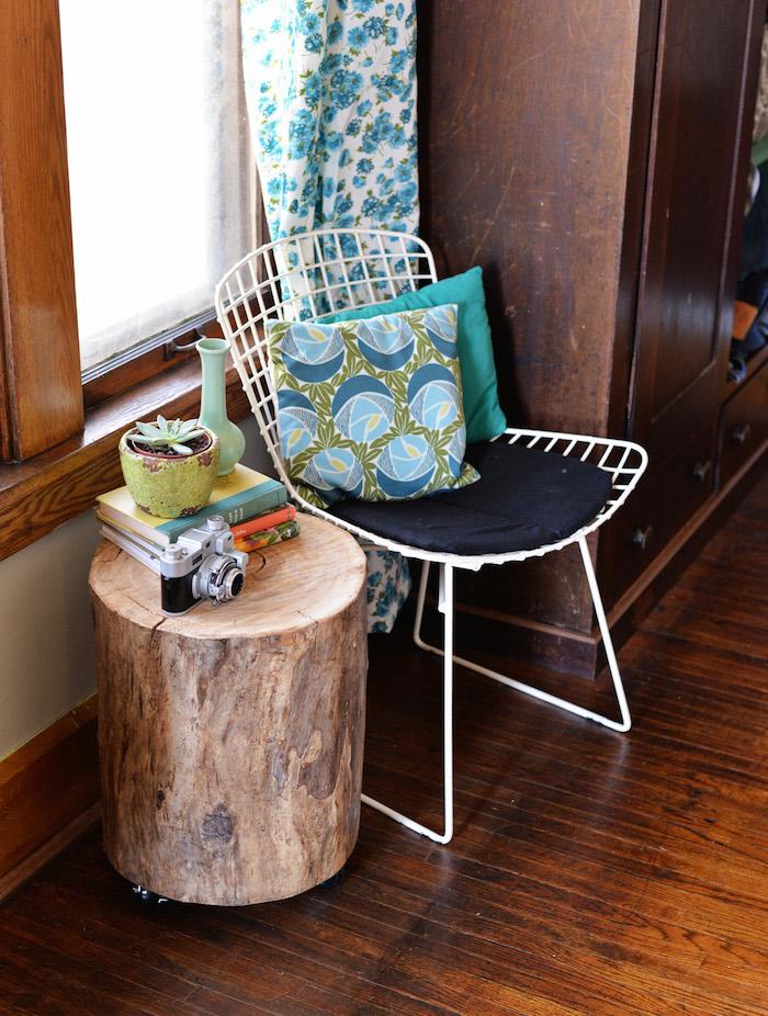 modele table basse bois brut diy avec tronc d'arbre en rondin sur roulettes
