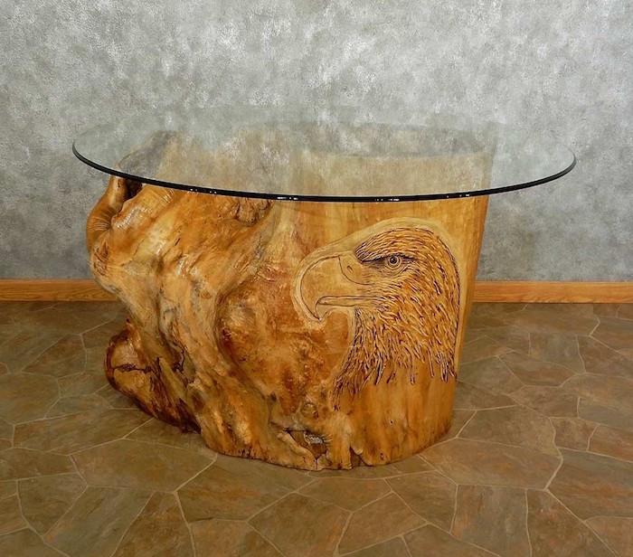 table basse souche d arbre gravée sculptée vernis avec plateau de verre