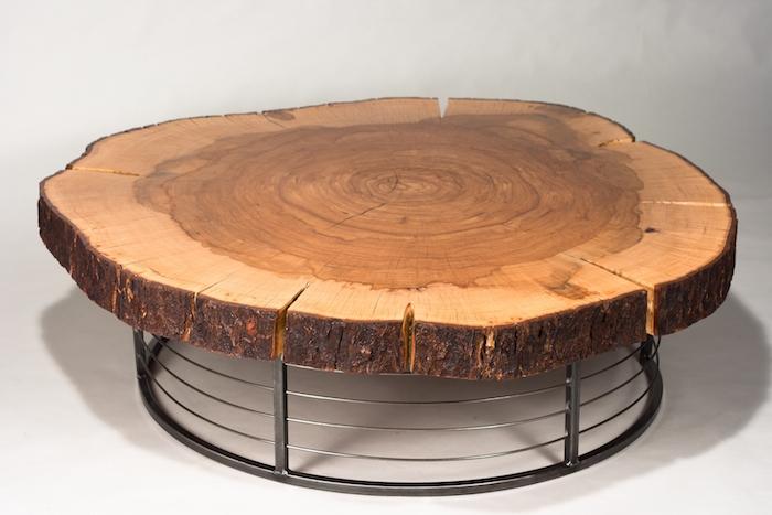 table basse avec plateau en bois taillé dans grand tronc d'arbre rustique sur support en métal