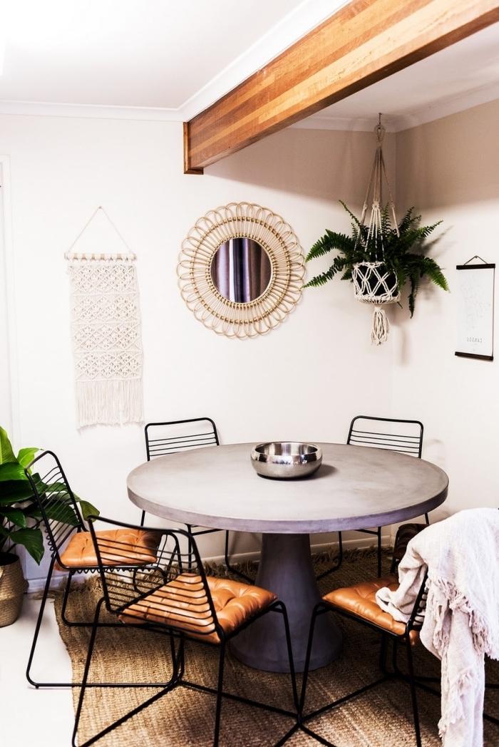 idée comment décorer une salle à manger de style traditionnel avec meubles de bois et objet mural en macramé
