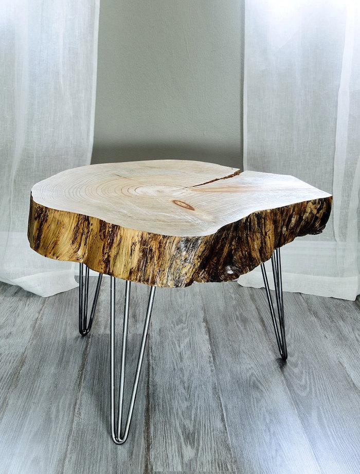 table basse pied metal avec plateau en tronc d'arbre brut poncé et vernis comme meuble déco design
