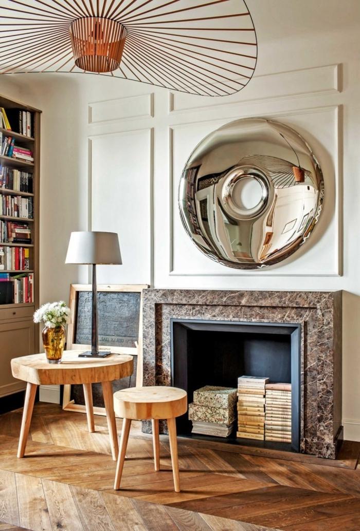 deux tables basses esprit scandinave, plafonnier original, miroir décoratif, vieux meubles dans la cheminée