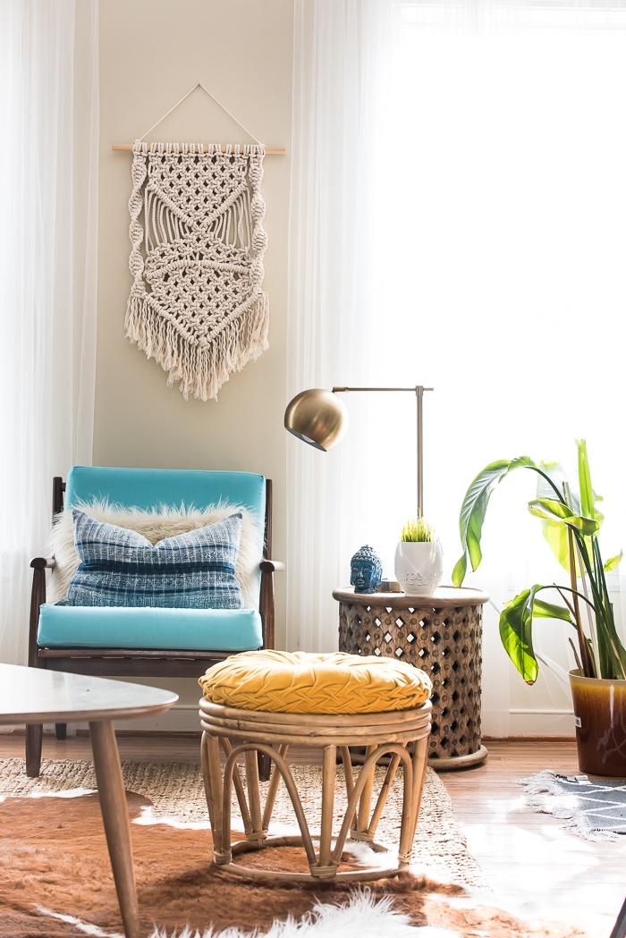 faire une suspension en fil macramé avec bâton de bois et corde, déco de salon bohème chic avec meubles en bambou