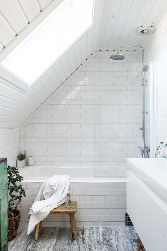 idée aménagement salle de bain sous combles, modèle de baignoire avec revêtement en carrelage design briques blanches