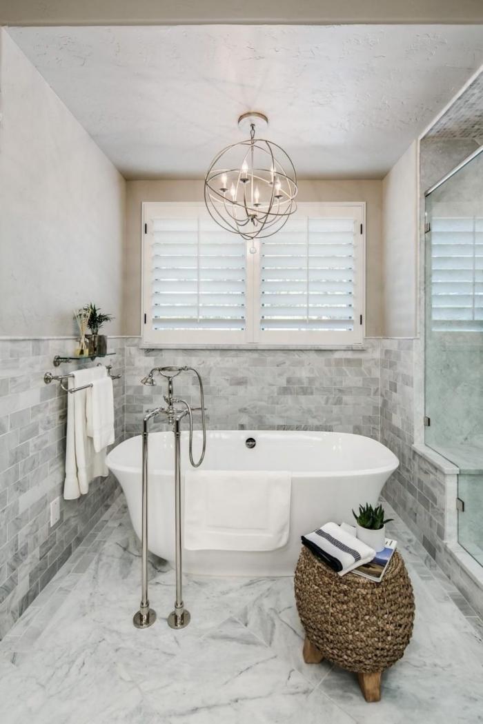 déco de salle de bain moderne au plafond et plancher en carrelage design marbre, modèle petite baignoire îlot