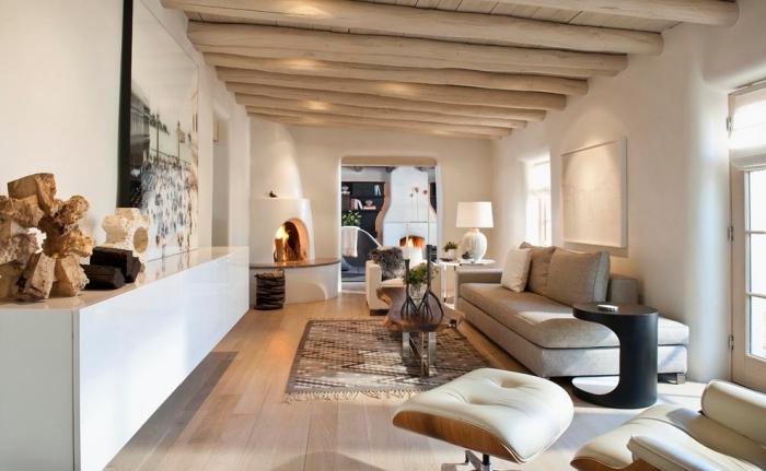 déco de style moderne et traditionnel dans un salon blanc avec plafond en bois clair, exemples de poutres exposées en bois clair