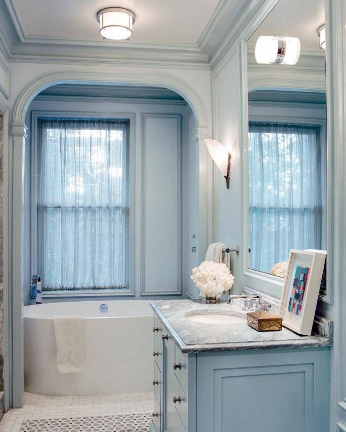 déco de salle de bain en bleu et blanc, idée optimiser petit espace dans une salle de bain avec petite baignoire