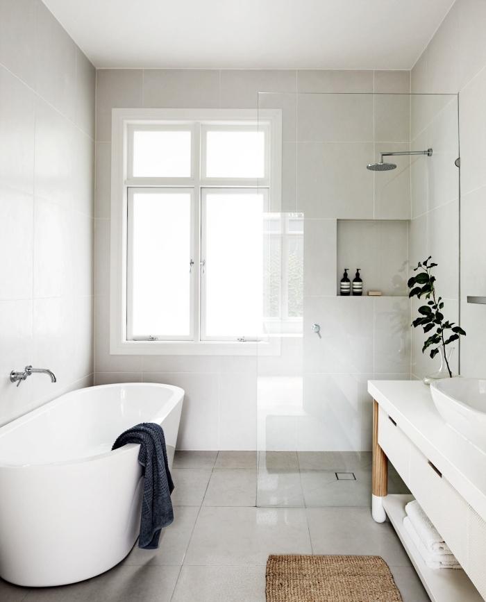 déco de salle de bain blanche avec meuble bois et blanc, comment aménager une petite salle de bain avec baignoire et douche