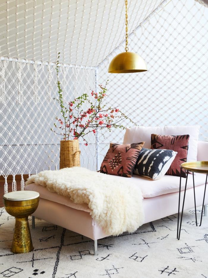 déco exotique dans un salon blanc avec meubles de bois et accessoires en or, exemple séparation pièce en macramé