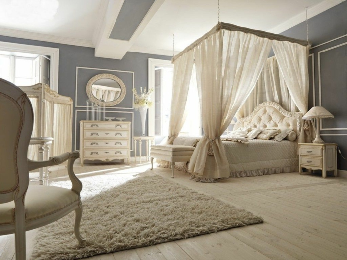 chaise baroque couleur crème, tapis gris clair, lit baldaquin, meubles vintage, idée déco chambre adulte romantique
