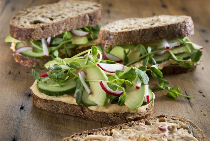 idée de toast pain complet tartiné de houmous, concombres, avocat et salades, petit déjeuner musculation