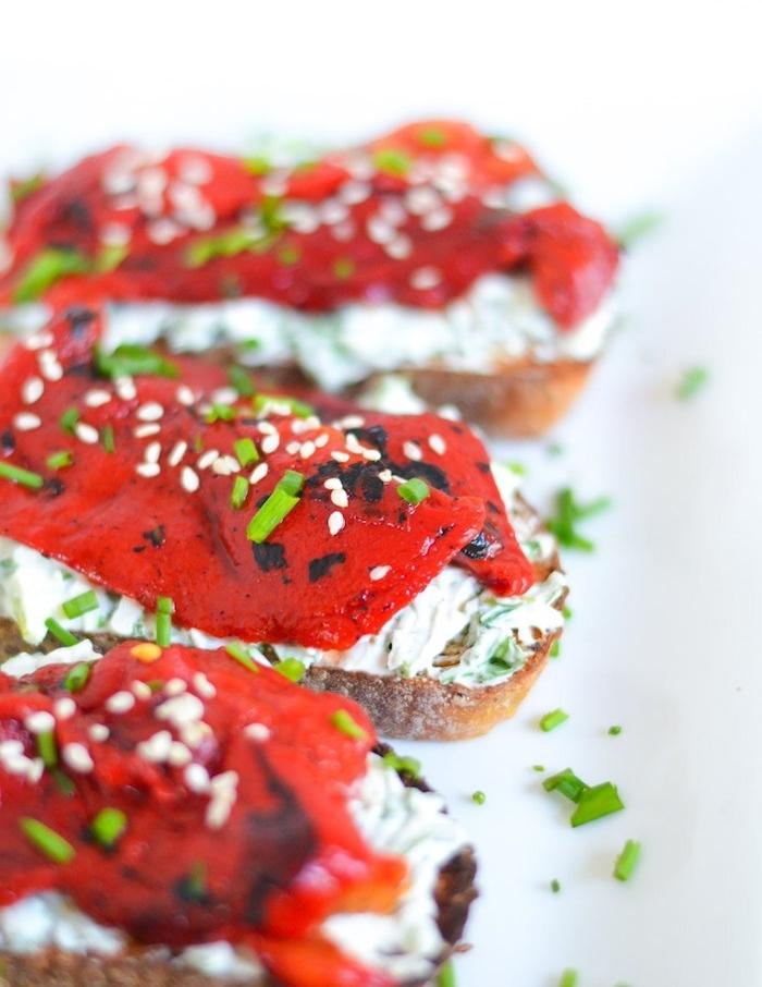 exemple de tartine au pain avec du fromage ricotta aux herbes fraiches et un poivron rôti au four dessus