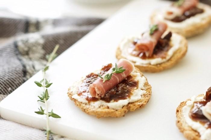 amuse gueule apero, tartines à la ricotta avec de la confiture de figues, jambon et du thym, idée apero rapide