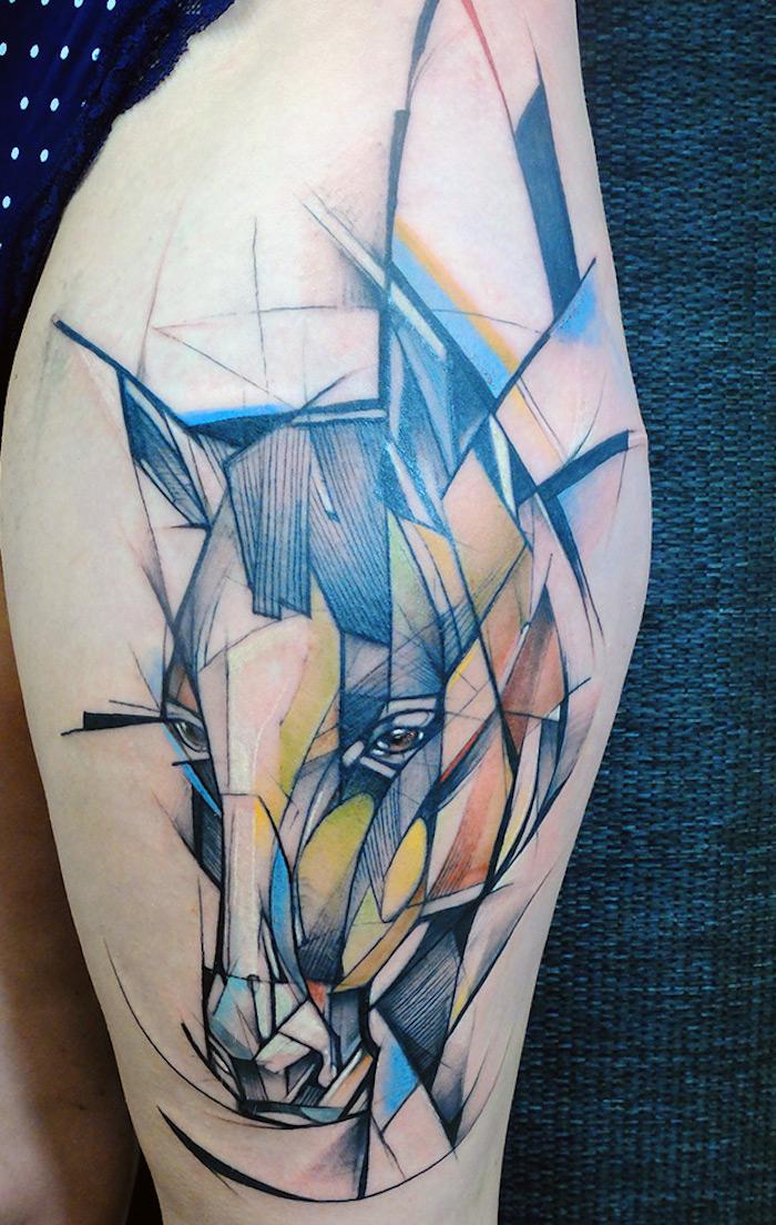 grand tatouage de tete de cheval géometrique style croquis design avec couleurs aquarelle sur cuisse femme