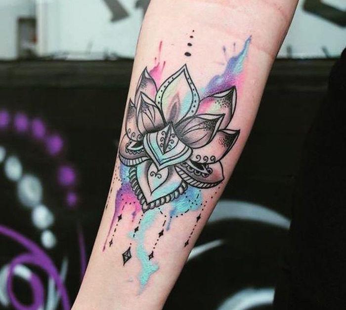 tatouage mandala fleur de lotus noir et ombrage avec taches aquarelle sur avant bras