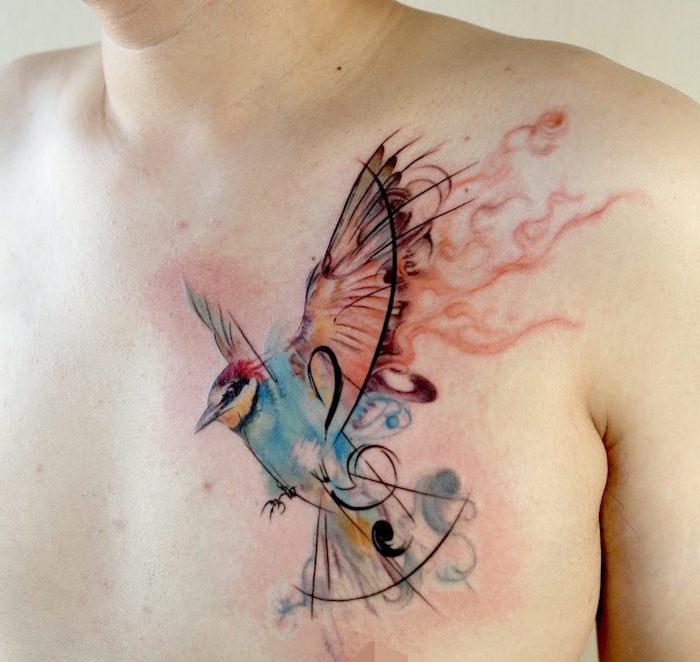 tatouage aquarelle de colibri volant en noir et couleurs sur la poitrine et pectoral