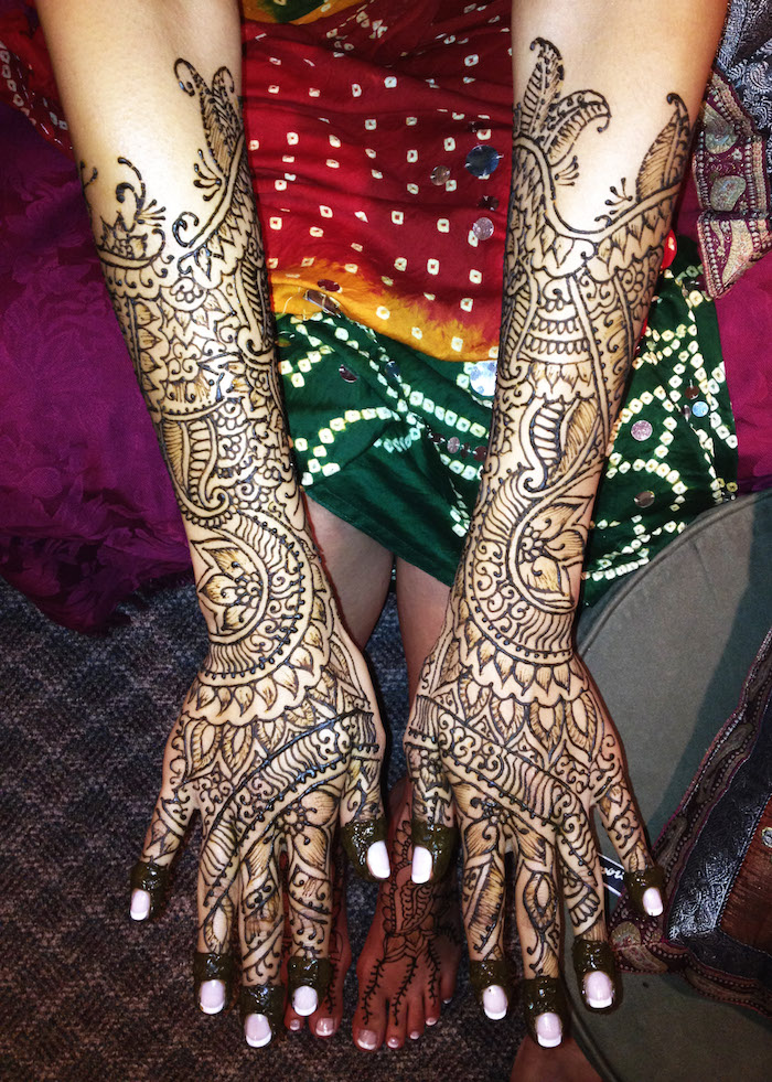 model de henne mariage grand dessins symétriques sur mains et avant bras