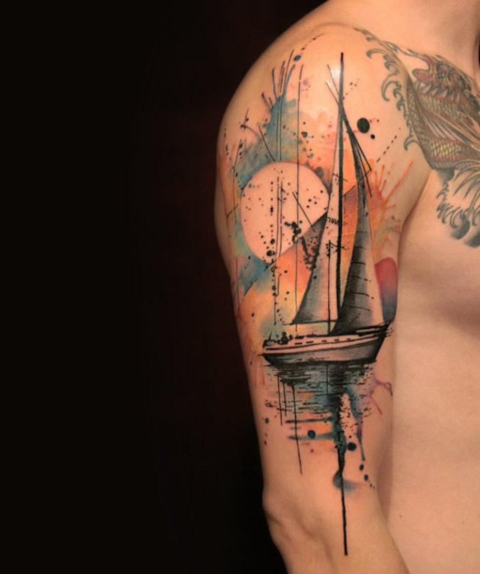 tatouage de bras homme avec bateau à voile sur l'eau et paysage abstrait sur fond de ciel en couleurs pastel