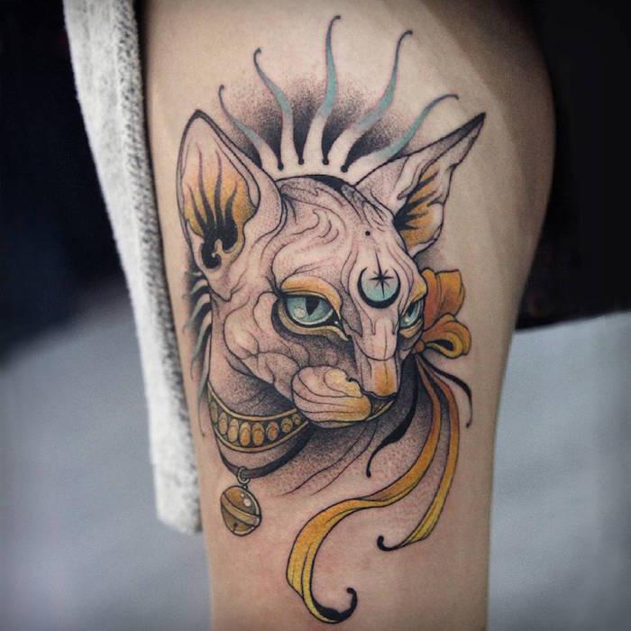 tattoo chat sphynx sans poil égyptien en noir et gris avec ombres et jaune aquarelle