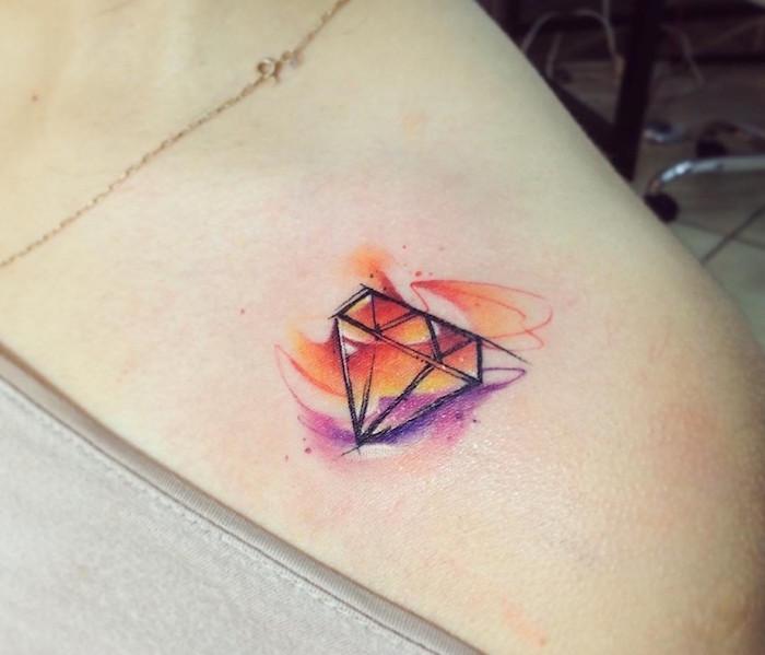 petit tattoo épaule femme discret dessin de diamant avec vagues aquarelle orange et violet