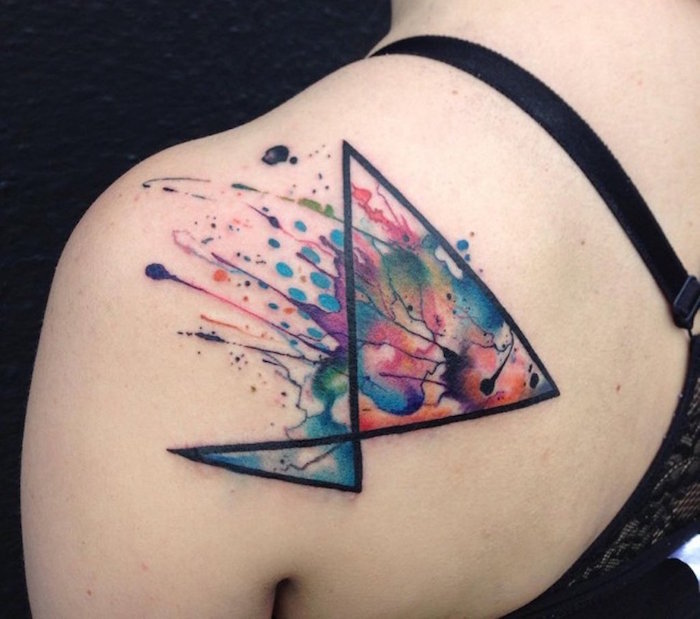 tatouage épaule femme forme géométrique avec taches et coulures couleurs aquarelle