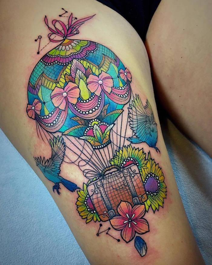 grand tatouage de montgolfière détaillée en couleurs avec valise et oiseaux aquarelle sur cuisse de femme
