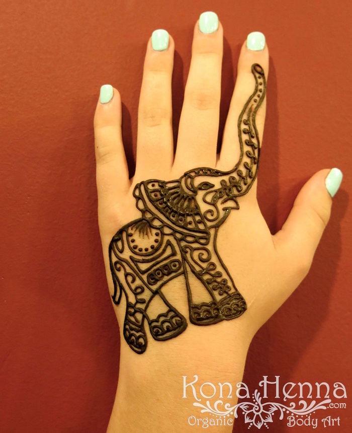 dessin éléphant indien au henné sur le haut de la main par kona henna
