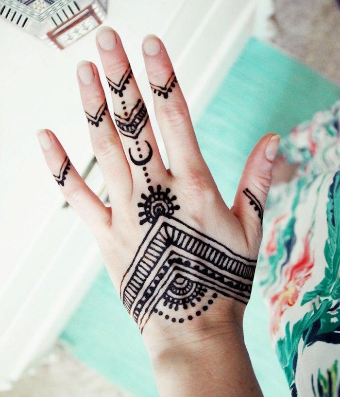 dessin henné facile pour la main et les doigts avec lignes et points