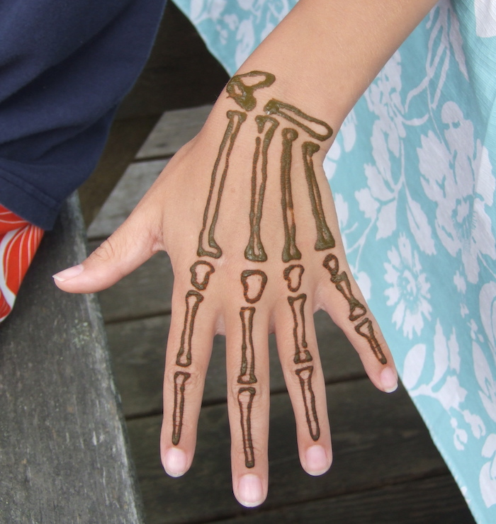 exemple dessin henné facile faire style os de la main pour débutant