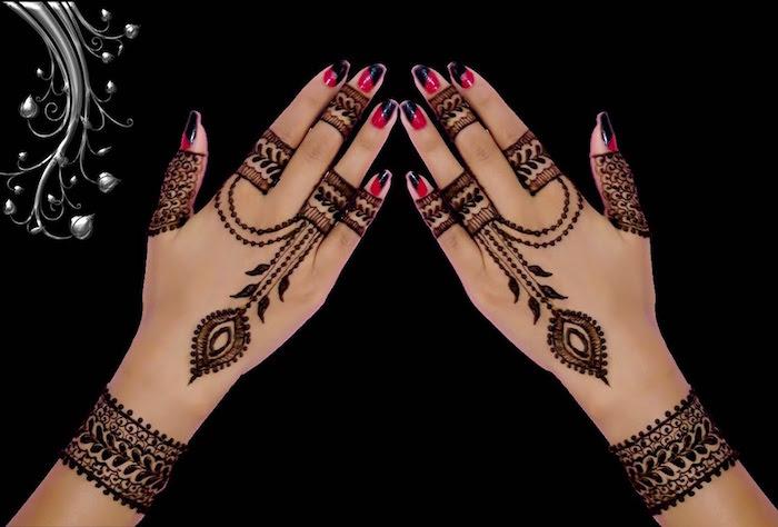 dessins symétriques au henné sur les mains et poignets style bagues et bracelets