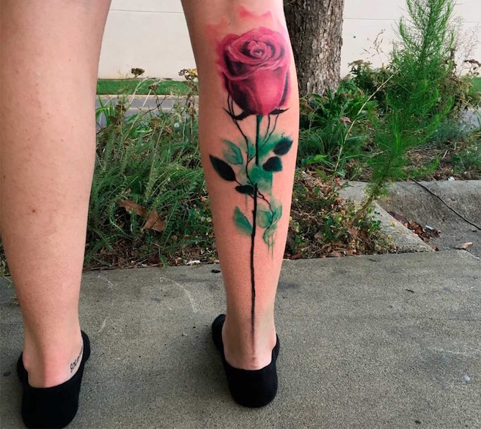 tatouage grande rose aquarelle réaliste en relief sur mollet entier de femme
