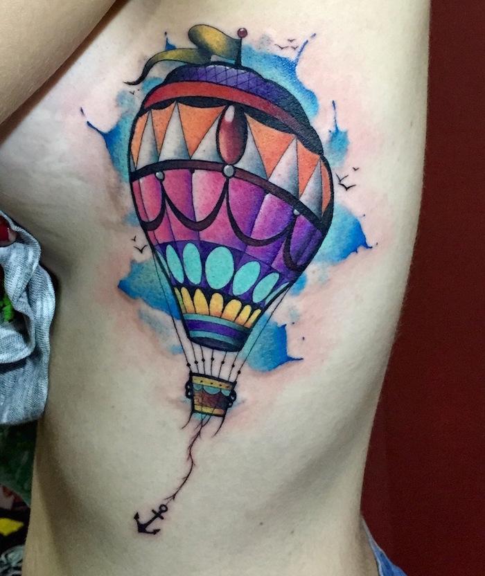 tattoo de montgolfière en couleur sur fond de tâche en aquarelle style watercolor tatouage