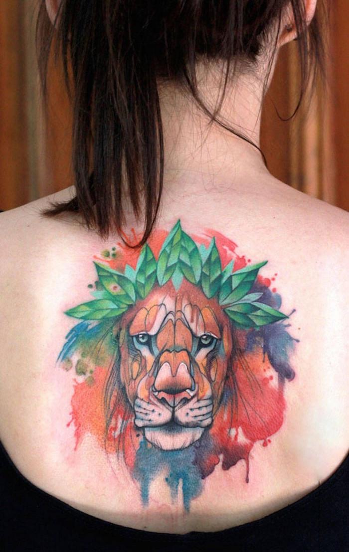 grande tatouage dos femme tete de lion abstrait en couleurs avec technique aquarelle