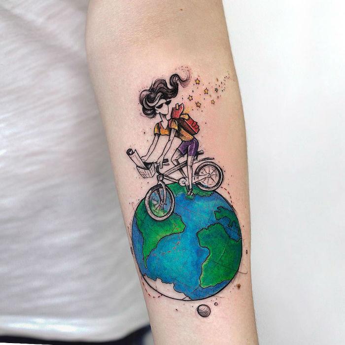 tatouage voyage aquarelle femme faisant du vélo sur la planète terre bleu et vert aquarelle