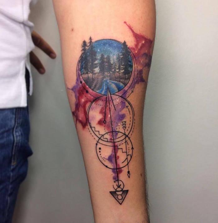 tatouage géométrique avec cercles et flèche en noir et tattoo dessin paysage canada en aquarelle sur avant bras