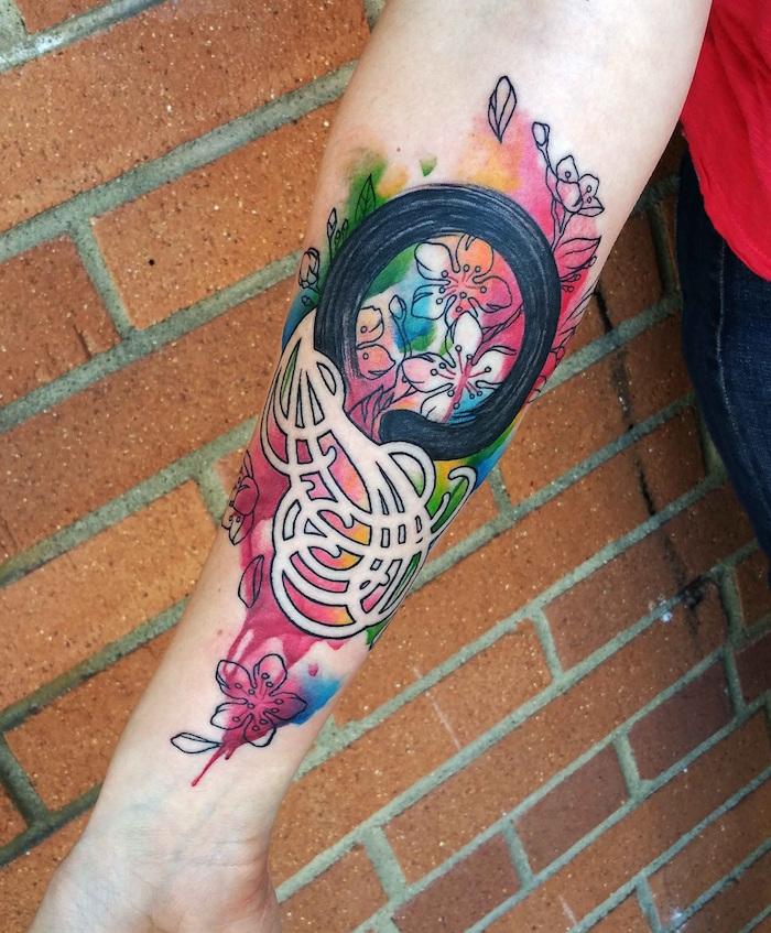 tatouage abstrait de formes géométriques et fleurs en ligne noire et fond couleurs aquarelle sur avant bras entier