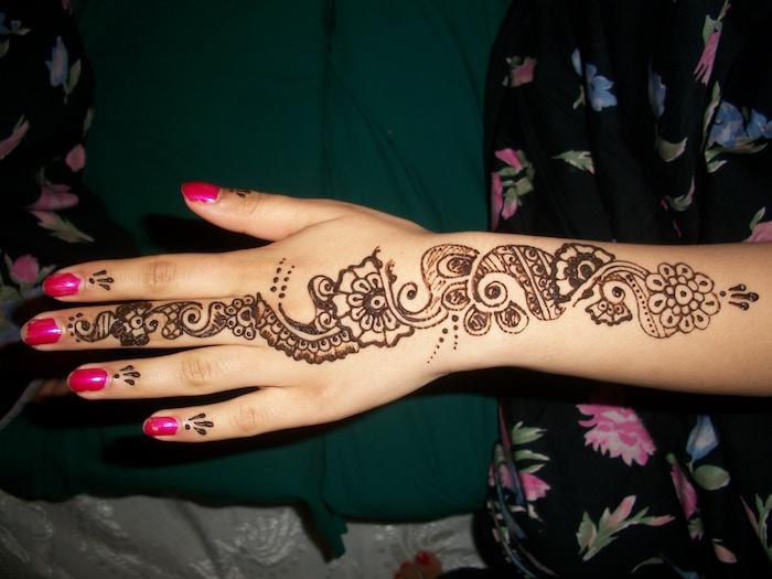 dessin au henné main simp;e en longueur de l'avant bras au doigt