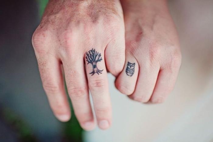 tatouage couronne d'arbre, tatouage en commun simple sur le doigt, hibou et son arbre tatouage discret pour deux