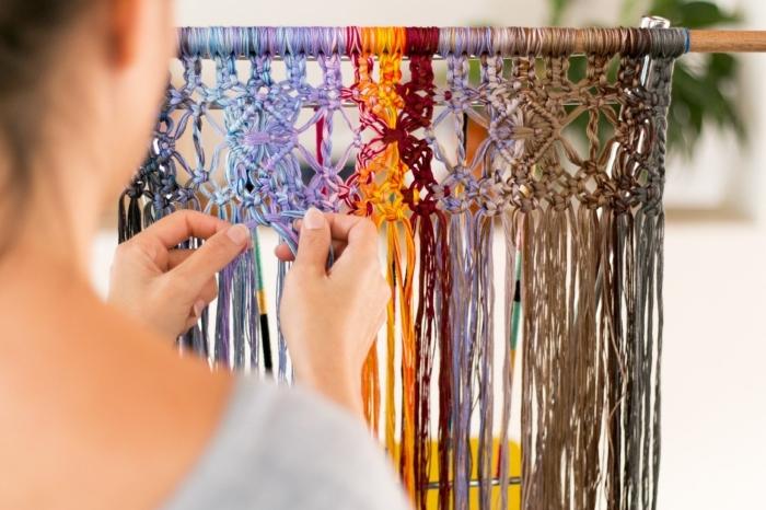 apprendre la technique de macramé facile, création en fil macramé facile à faire, modèle rideaux en cordes colorées