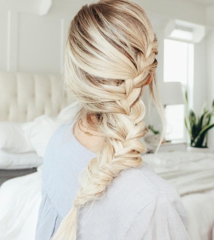 modèle de coiffure mariée tresse romantique façon collée de côté avec mèche tombante sur le visage, coiffure facile cheveux longs attachés