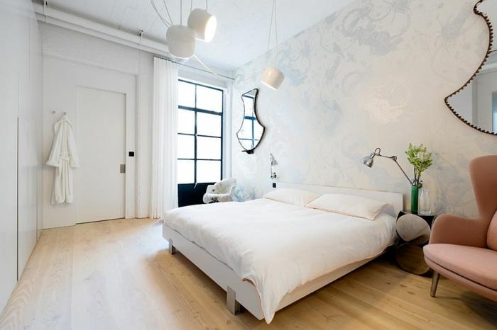 aménagement chambre en couleurs pastels, fauteuil rose, papier peint floral en teintes claires