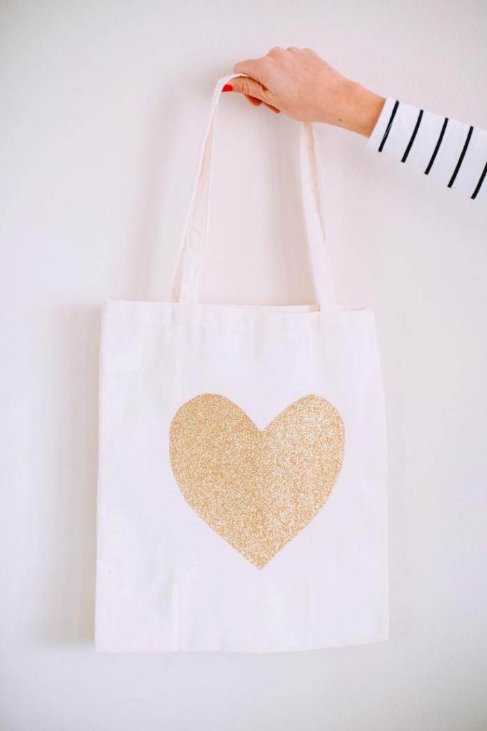 comment décorer un tote bag avec dessin coeur en peinture glitter doré, modèle de sac a paillette ou à peinture dorée