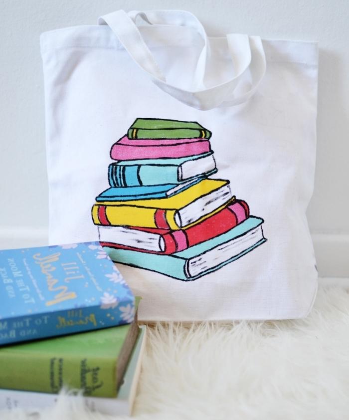 modèle de sac cabas blanc avec jolie déco en dessins à design livre réalisés avec peintures et feutres pour tissu