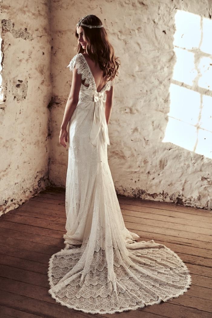 allure vintage avec une délicate robe de mariée bohème en mousseline et dentelle avec décolleté dos en dentelle qui se termine par un noeud romantique