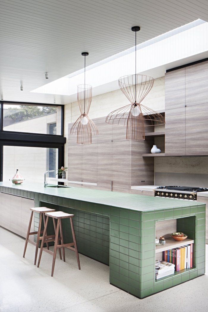 plan de travail ilot central aménagé en longueur et habillé de carreaux vert pour un look rétro original contrastant avec les armoires en mélamine effet bois