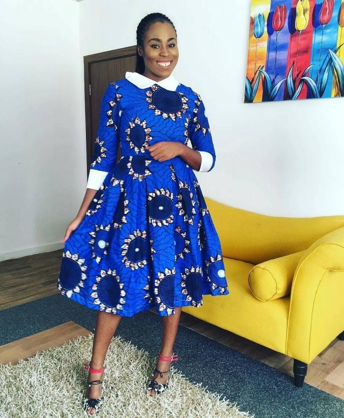 look à la fois rétro chic et ethnique en robe pagne africain à col claudine et bords de manches contrastant