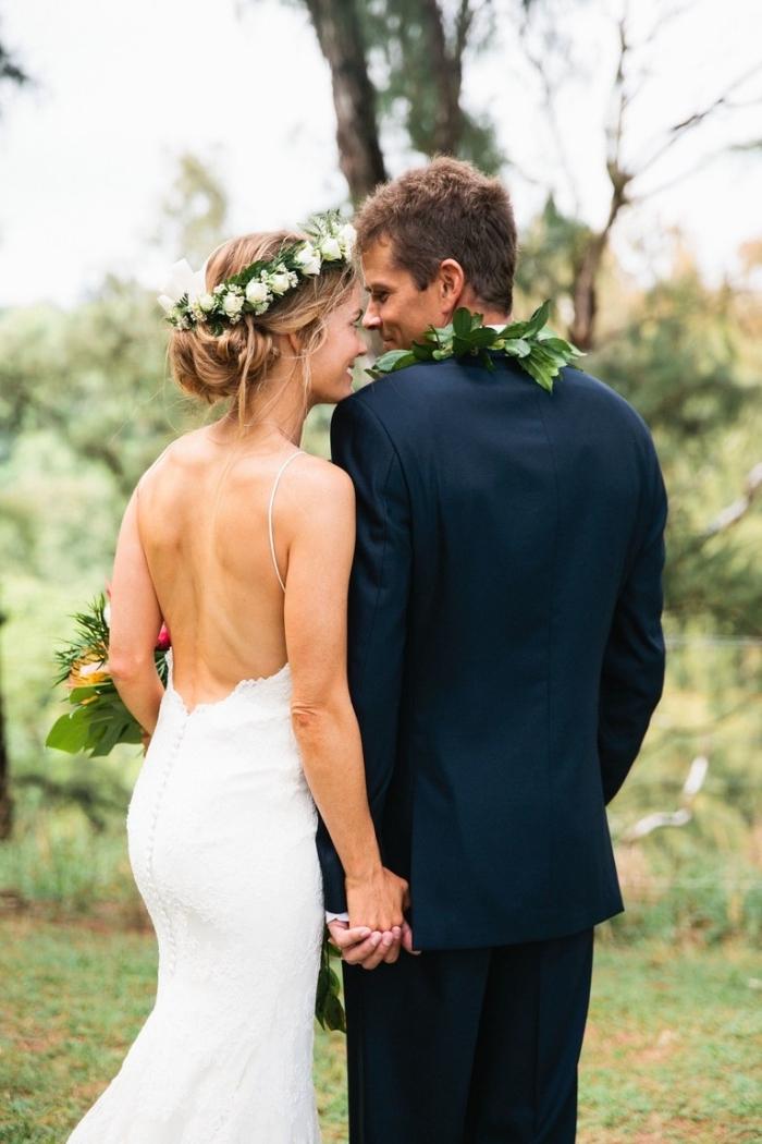 robe de mariée fourreau à dos nu avec bretelles fines pour mettre en valeur la silhouette féminine et apporter une touche d'originalité dans sa vision